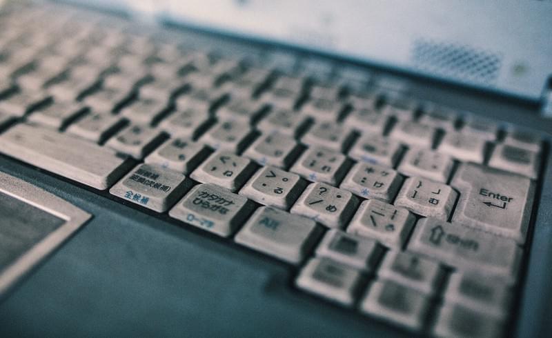 ひどく汚れたノートパソコンのキーボードのフリー画像(写真)