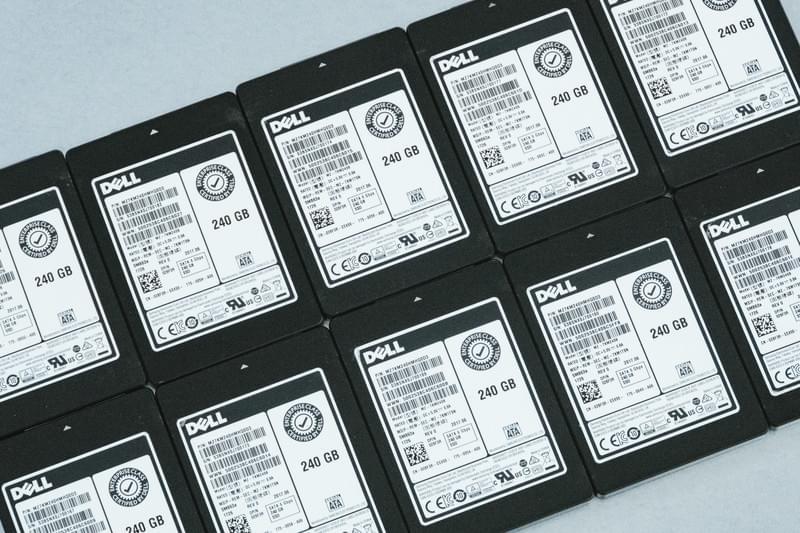 並べられた複数台のSSD 250GBのフリー画像(写真)