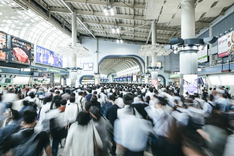通勤ラッシュ時のJR品川駅改札前のフリー素材